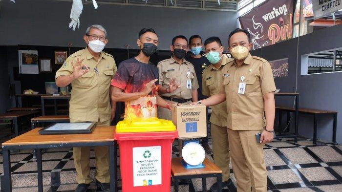 Kurangi Sampah di Masyarakat, Dikembangkan Warung Kopi di Gresik Bayar Pakai Sampah