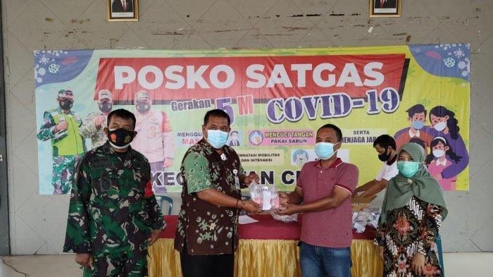 Satgas Covid-19 Kecamatan Cerme Serahkan Bantuan Obat-obatan dan Vitamin Kepada Satgas Desa