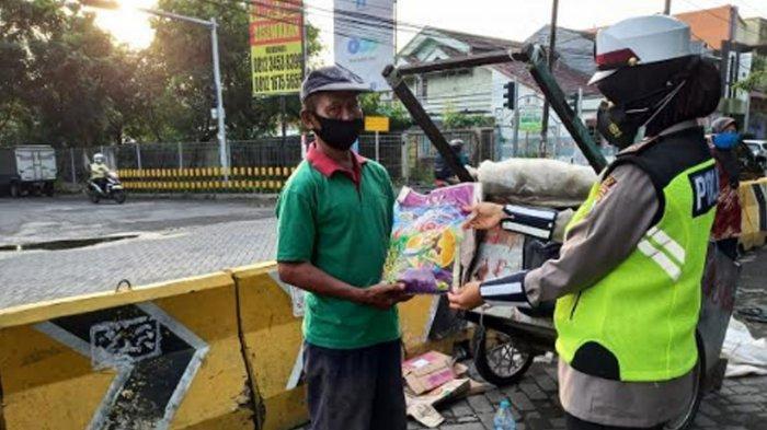 Sosialisasi Prokes, Satlantas Polres Gresik Bagikan Sembako untuk Warga Terdampak Covid-19