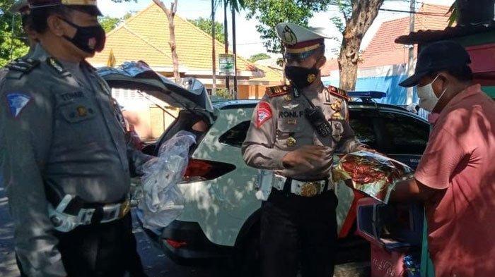 Sepi Pembeli Selama PPKM Darurat, Pedagang Dapat Sembako dari Satlantas Polresta Probolinggo
