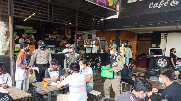 Satpol PP Kota Kediri Bubarkan Acara Game Online di Bengkel Cafe