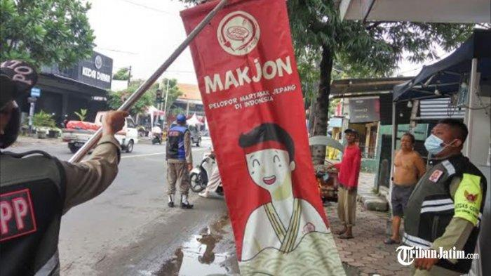 Patroli Pemasangan Iklan di Jalan Protokol Kota Kediri, Banner Mak Erot Tak Bayar Pajak Diturunkan