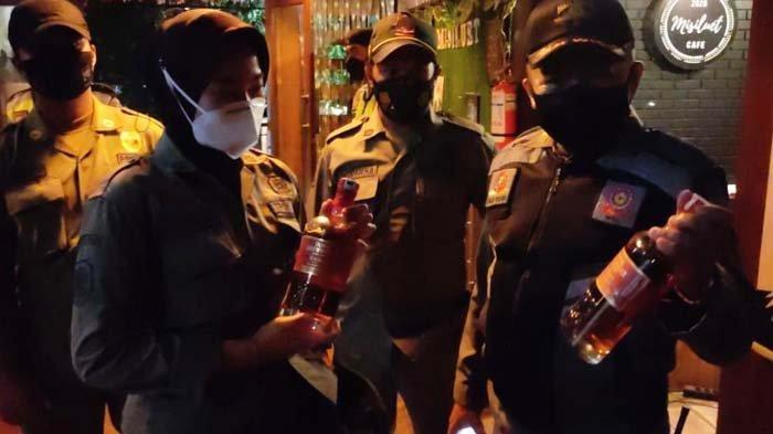 Satpol PP Kota Malang Gelar Operasi Gabungan, Sita Puluhan Botol Minuman Beralkohol dari Kafe