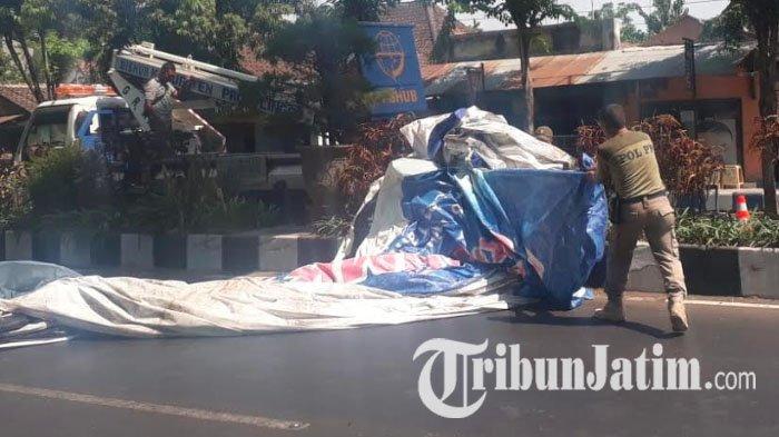 Satpol PP Kabupaten Probolinggo Tertibkan Ratusan Reklame Tak Berizin & Kedaluwarsa di Kota Kraksaan
