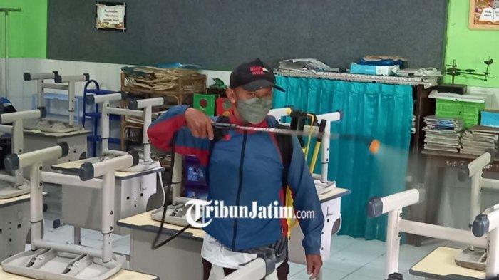 Jelang PTMT di Kota Malang, Kelas-kelas di SDN Bareng 3 Disemprot Disinfektan