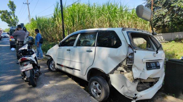 Sebuah Mobil Ringsek Seusai Terlibat Kecelakaan di Malang