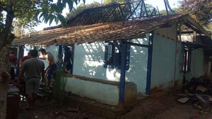 Diduga Korsleting Listrik, Rumah di Madiun Ludes Terbakar, Penghuni Rumah Semburat Keluar
