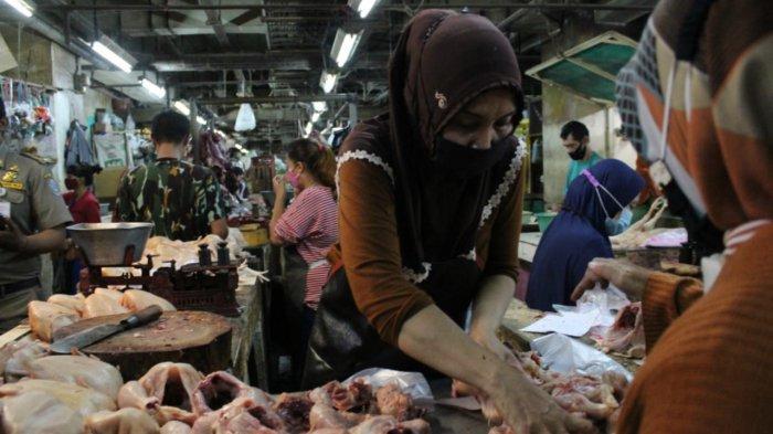 H-1 Lebaran, Pedagang Daging Ayam di Pasar Wonokromo Bak Ketiban Durian Runtuh