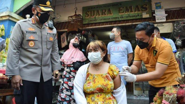 Polisi Blusukan hingga ke Pasar Tradisional di Sidoarjo, Cari Warga yang Belum Vaksin