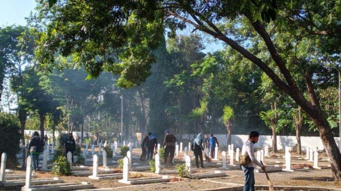 Jelang HUT Ke 76 Kemerdekaan RI, Dinas PPPA Kerja Bhakti Bersihkan Area Taman Makam Pahlawan