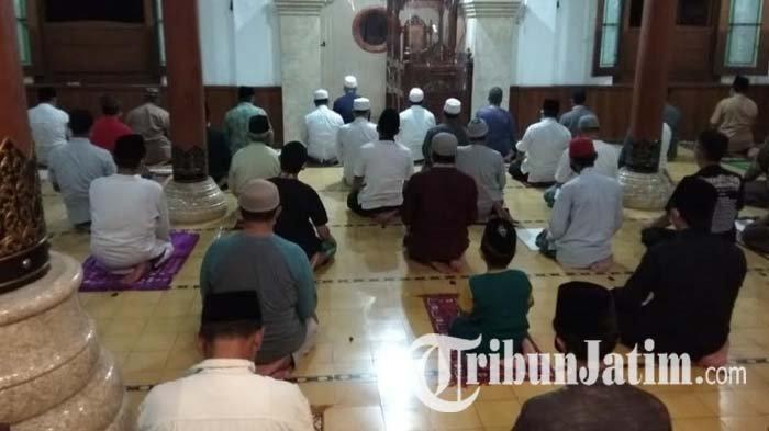 Warga Khusyuk Laksanakan Salat Gerhana Bulan di Masjid Agung Kota Blitar, Terapkan Prokes Covid-19