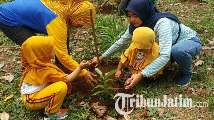 Aksi Tanam Pohon Anak-anak Difabel di Pasuruan, Hijaukan Areal Gunung Arjuno Pasca Kebakaran