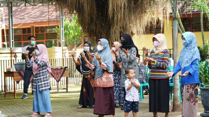 Senam Bareng Lansia, Bupati Banyuwangi Kampanyekan Vaksinasi Covid-19: Jangan Takut, Aman dan Halal