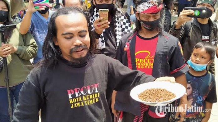 Protes Penghentian Pertunjukan Jaranan, Seniman di Kota Kediri Gelar Aksi Makan Paku Berkarat