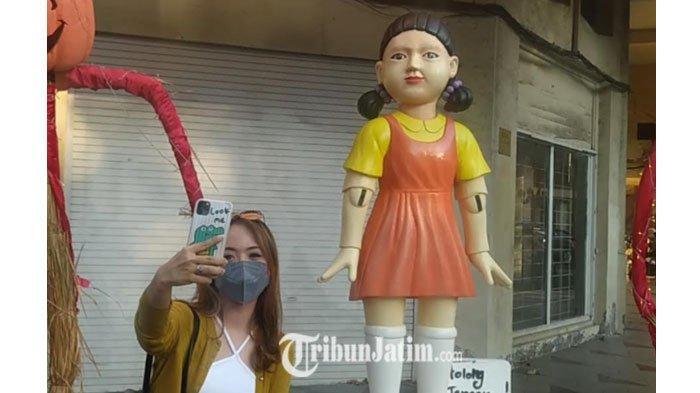 Alasan di Balik Munculnya Boneka Squid Game di Jalan Tunjungan Surabaya, Bukan Sekadar Halloween