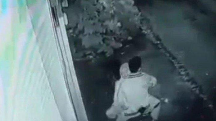 Video CCTV Sepasang Remaja Asyik Mesum di Atas Motor, Sadar Aksinya Terekam Langsung Cabut