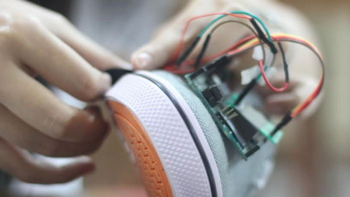 3 Mahasiswa Unair Buat Inovasi SWAN, Sepatu yang Bisa Menganalisis Siklus Berjalan, ini Kegunaannya