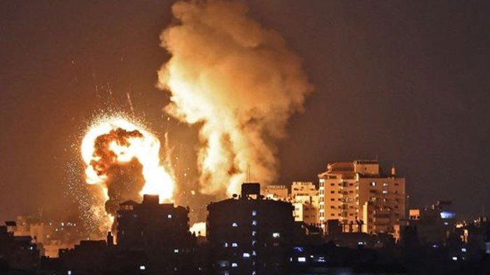 Foto ini menunjukkan ledakan akibat serangan udara di Jalur Gaza yang dikontrol Hamas, pada Senin (10/5/2021). Israel melancarkan serangan udara di Gaza untuk membalas serangan roket dari Hamas, dalam bentrokan terbaru di Masjid Al-Aqsa Palestina.