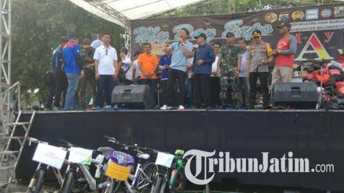 Para Buruh dan Masyarakat Mojokerto Rayakan Hari Buruh dengan Hiburan Rakyat