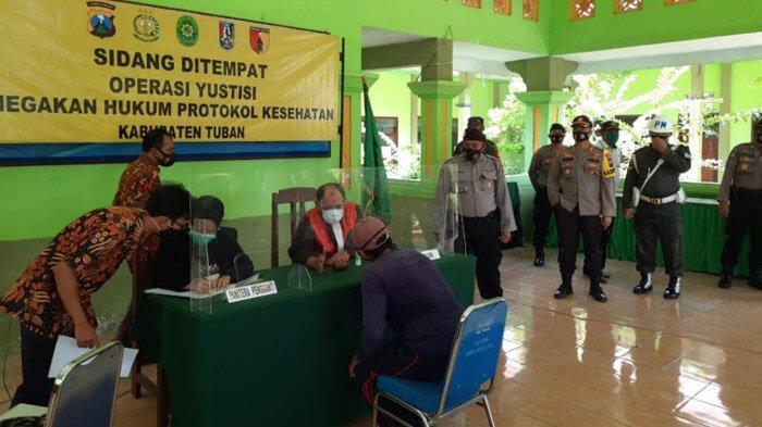 Tak Pakai Masker,Puluhan Orang di Zona Perbatasan Tuban-Lamongan Disanksi Denda Rp 50 Ribu