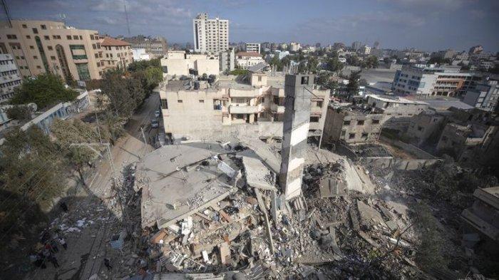 Sisa-sisa bangunan enam lantai yang dihancurkan oleh serangan udara Israel dini hari, di Kota Gaza, Selasa (18/5/2021).