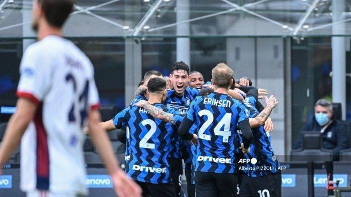 Bek Italia Inter Milan Alessandro Bastoni (tengah) dan rekan satu timnya merayakan kemenangan setelah Inter membuka skor pada pertandingan sepak bola Serie A Italia Inter Milan vs Cagliari pada 11 April 2021 di stadion San Siro di Milan.