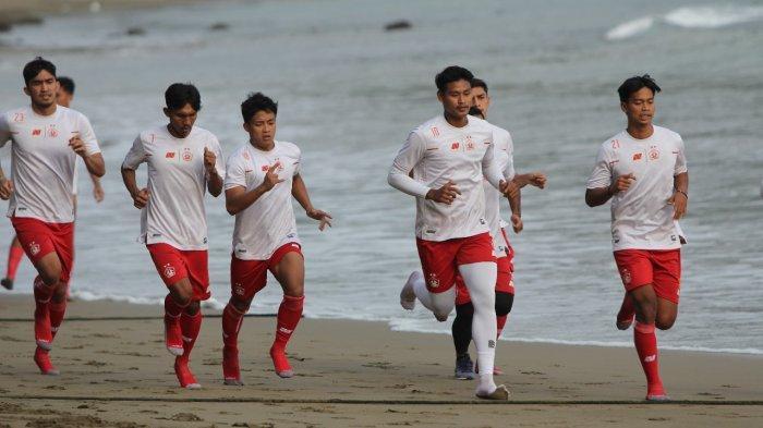 Tingkatkan Fisik Pemain, Skuat Persik Kediri Digembleng di Pantai Prigi
