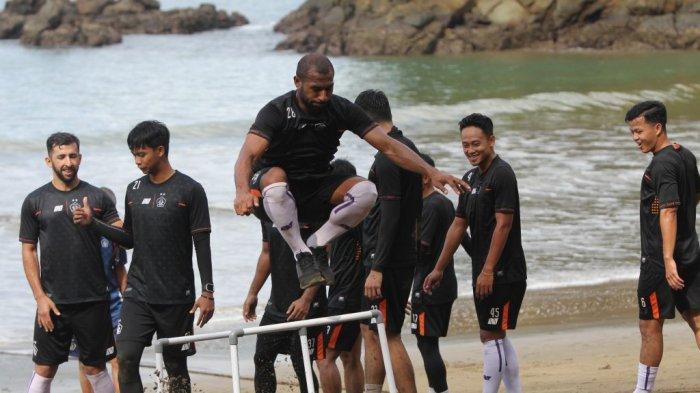 Harapan Joko Susilo Usai Geber Fisik Skuat Persik Kediri di Pantai Prigi