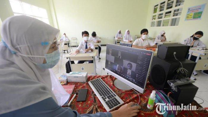 Hari Pertama PTM SMP di Surabaya, Guru Hadapi Tantangan Hybrid, Wali Murid Semangat Antar Anak