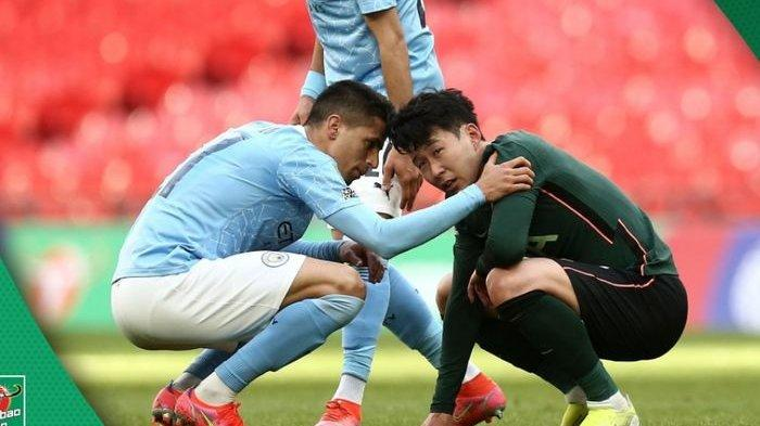 Penyerang Tottenham Hotspur, Son Heung-min (kanan), menangis usai timnya takluk dari Manchester City di final Piala Liga Inggris 2020-2021.