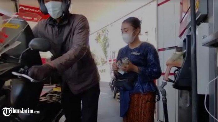 Peringati Hari Kartini, Pekerja Perempuan di SPBU Kayoon Surabaya Mengenakan Kebaya