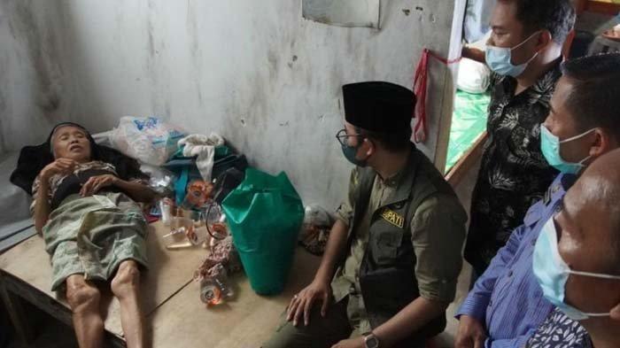 Sambangi Lansia Sebatang Kara dan Sakit, Bupati Bangkalan Perintahkan Dinsos Bawa ke Rumah Sakit