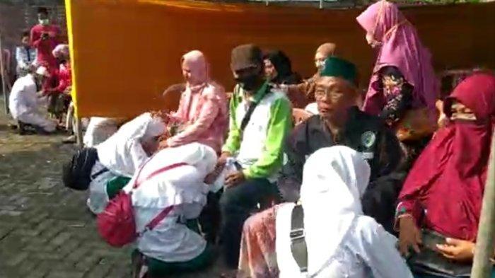 Hujan Air Mata di Halaman Masjid Mbah Kholil, Wali Santri : Terima Kasih Bebas Bea Rapid Antigen
