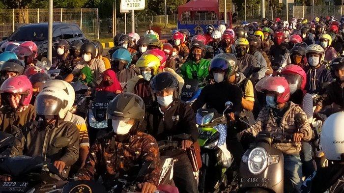Jelang Hari H Lebaran, Antrean Roda Dua di Gerbang Jembatan Suramadu Mengular