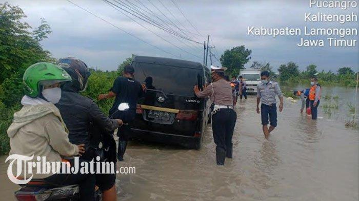 Banjir di Lamongan Rendam 29 Km Jalan PU, Dishub-Polisi Buatkan Rambu Pembatas untuk Pengendara