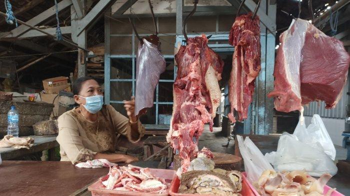 Suminih pedagang daging sapi di Pasar Gurah