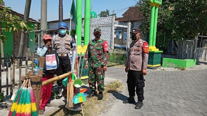 Pedagang Sapu Keliling di Gresik Sumringah Terima Bantuan saat Memikul Dagangan Keliling Desa