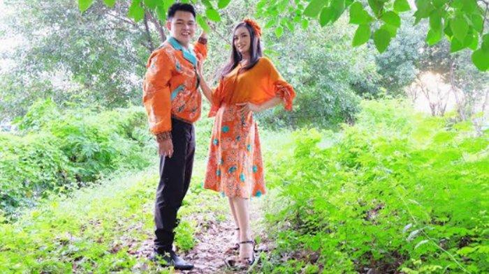 Cak Faisal dan Ning Ghea Kenakan Busana Batik Surabaya Summer Vibe, Tampil Segar Penuh Suka Cita