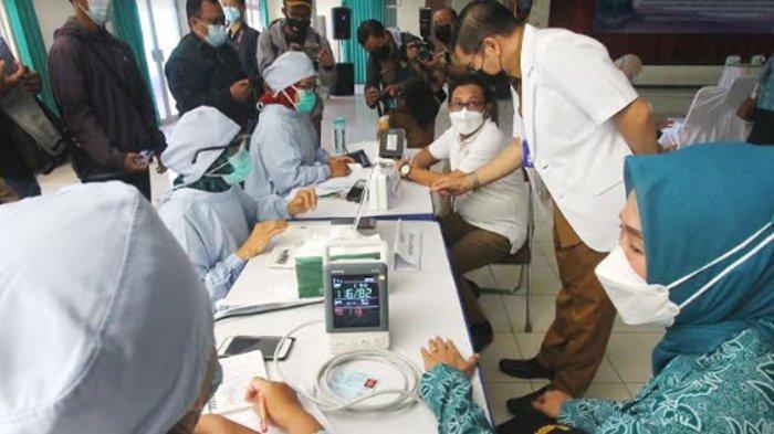 SCREENING - Wali Kota Malang, Sutiaji dan Ketua TP PKK Kota Malang menjalani pemeriksaan kesehatan sebelum divaksin.