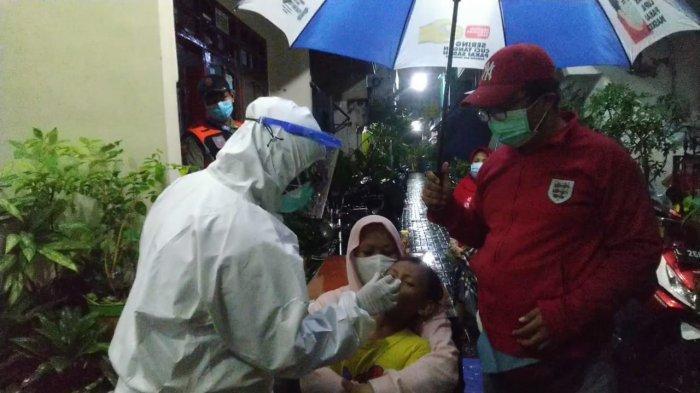 Puluhan Warga Kalikepiting Surabaya Ikuti Swab Lingkungan di Tengah Guyuran Hujan