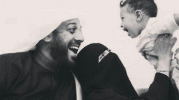 Syekh Ali Jaber dan istrinya saat menggendong anak ketiga