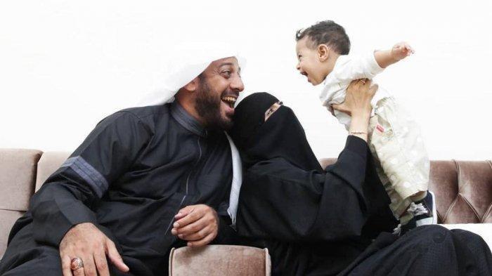 Syekh Ali Jaber dan istrinya Umi Nadia beserta anak mereka