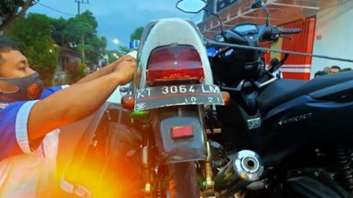 'Adu Banteng' Sepeda Motor di Jalan Raya Tulungagung, 2 Pengemudi Terkapar Alami Luka Parah