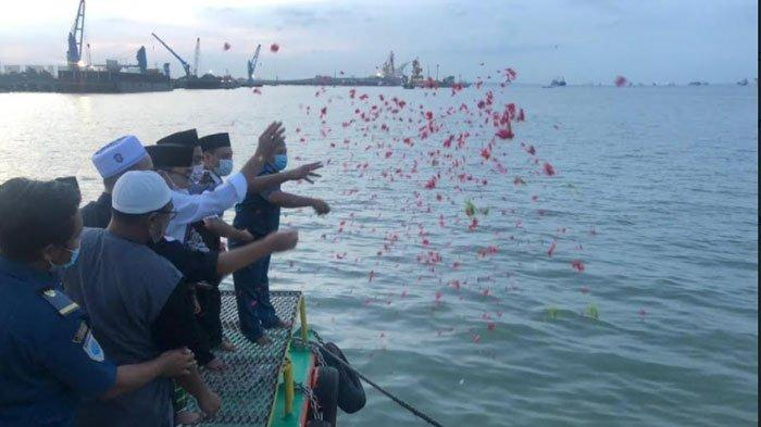 IKPM Gresik Gelar Tabur Bunga Doakan Prajurit KRI Nanggala di Akhir Ramadan