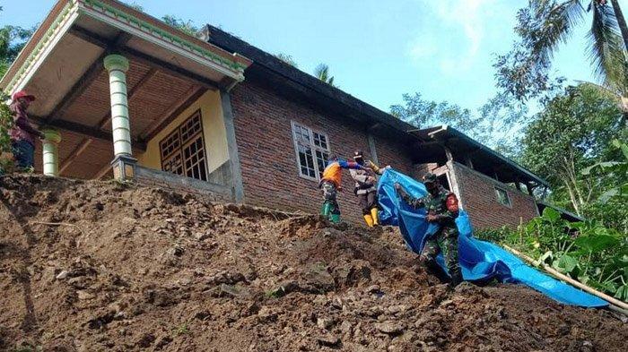 Hujan Deras Seharian, Tanah Longsor Terjang Dua Desa di Trenggalek Hingga Ancam Rumah Warga