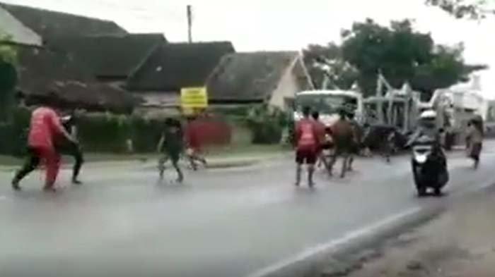 Viral Detik-detik Truk Trailer Hantam Rumah di Tuban Gara-gara Diadang Anak Punk yang Mau Menumpang