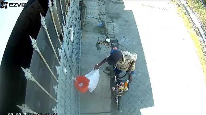 Tangkapan layar video aksi pencurian paket barang di Jalan Raya Darmo Indah, Tandes, Surabaya, Kamis (9/9/2021). Si pemilik paket diketahui mengalami kerugian hingga lebih dari Rp 1 juta.