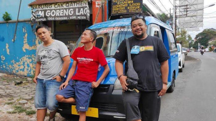 Taufiq Saguanto (kanan) bersama dua krunya yang membantu dirinya untuk membuat podcast di dalam angkutan kota