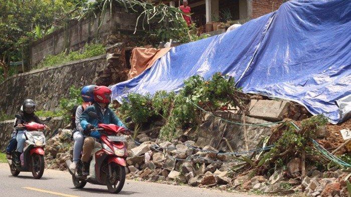 Akibat Hujan Deras, Tembok Penahan Jalan di Trenggalek Longsor, Ancam Jalan Nasional