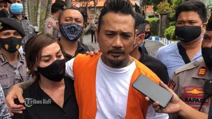 Terdakwa I Gede Ari Astina alias Jerinx saat menemui wartawan seusai menjalani sidang di Polda Bali, Selasa (22/9/2020).